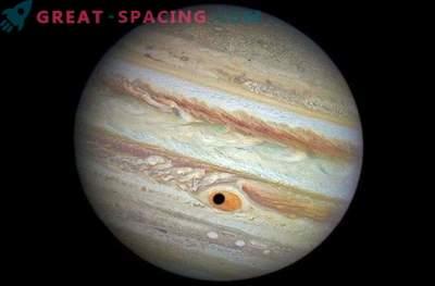 Jupiteri satelliit varjab suure punase koha